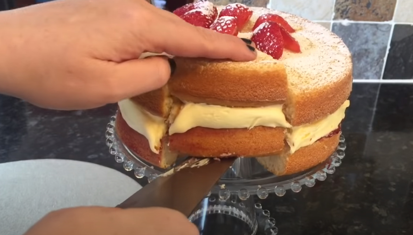 EASY VICTORIA SPONGE CAKE RECIPE sliced